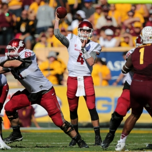 Washington State Cougars quarterback Luke Falk